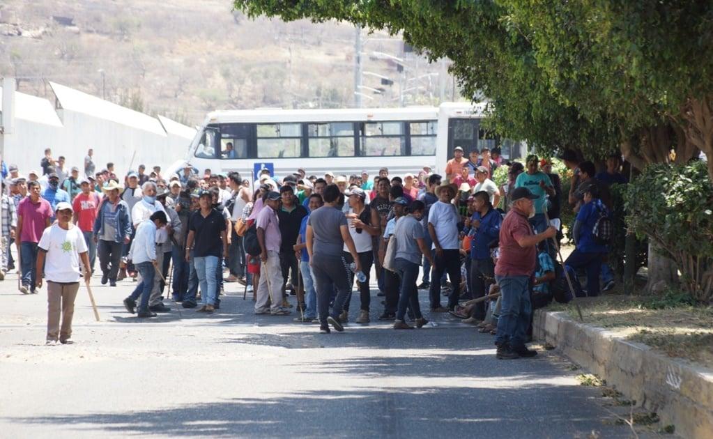 Integrantes de Codep bloquean oficinas de ADO y exigen 20 camiones