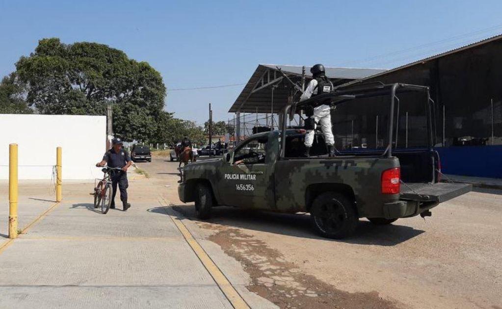 Fuerzas de seguridad custodian cuartel de policía municipal en Loma Bonita