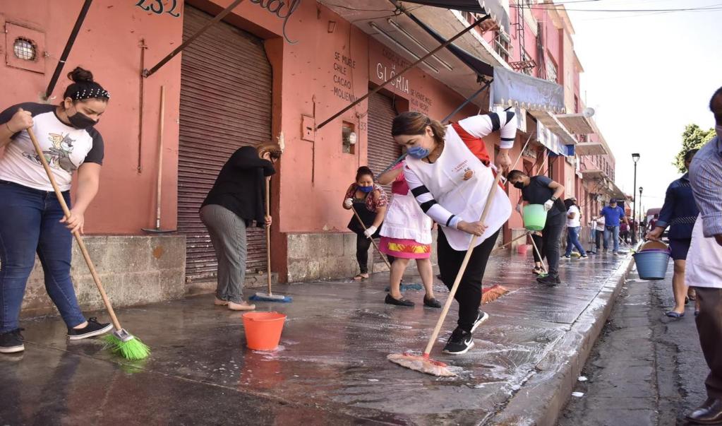 Locatarios de mercados de la capital desinfectan locales y acatan medidas para evitar contagios por Covid-19