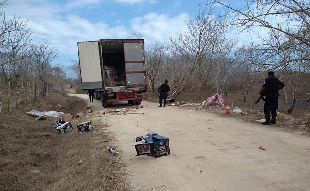 Saquean sujetos con el rostro cubierto  trailer de abarrotes en Pochutla; caen 5