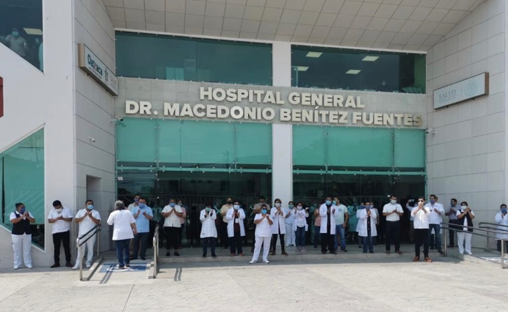 """""""La contingencia ya nos alcanzó"""", dicen en homenaje a trabajador del hospital de Juchitán que murió por Covid-19"""