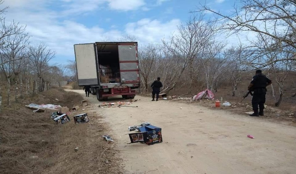 Vinculan a proceso por robo con violencia a tres saqueadores de trailer de Chedraui en Pochutla