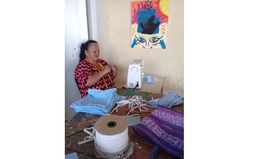 En Unión Hidalgo, mujeres fabrican y regalan cubrebocas para cuidar a su comunidad
