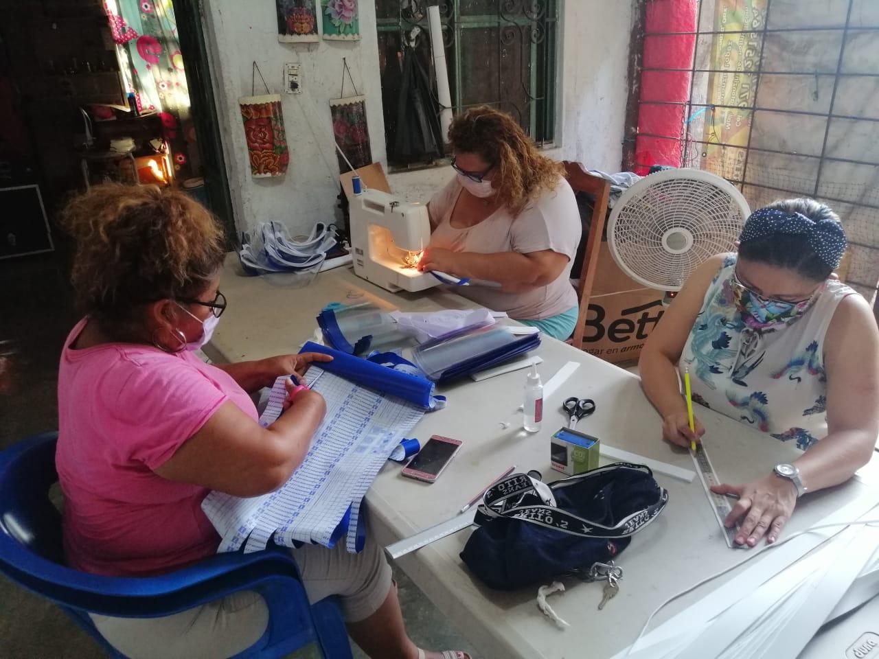 Emprendedoras zapotecas elaboran y regalan mascarillas al Hospital Civil de Juchitán