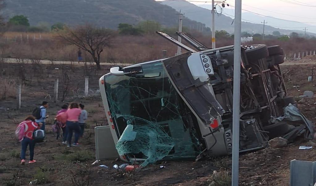 Volcadura de autobús en Tlacolula deja al menos 20 heridos