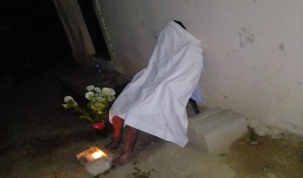 Muere hombre en una silla en Pochutla, tardan 9 horas en levantar el cuerpo por miedo a Covid-19