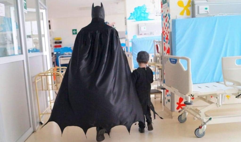 El Batman oaxaqueño que cuida las ilusiones de niños hospitalizados en tiempos de pandemia