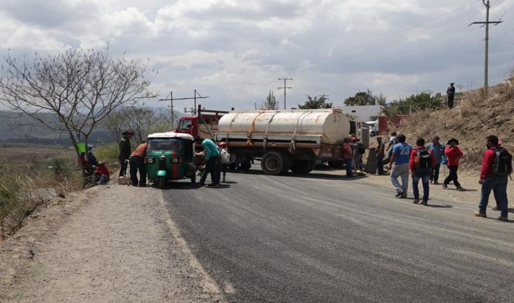 Bloquean en Sola de Vega carretera a Puerto Escondido; exigen retorno de 99 familias desplazadas por violencia