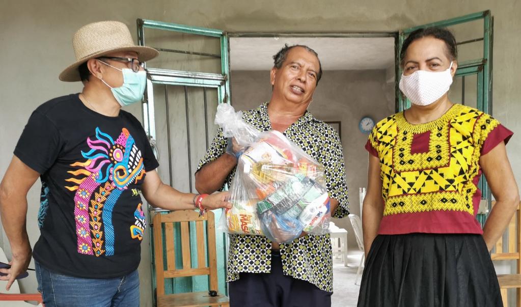 Muxes, comunidad de ayuda en tiempos de pandemia; reparten alimentos y medicinas a vulnerables