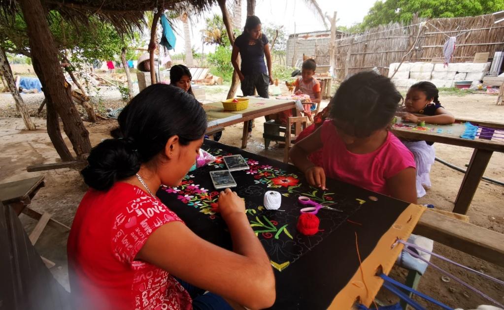En confinamiento, nace escuela para que niños aprendan tradición zapoteca del bordado