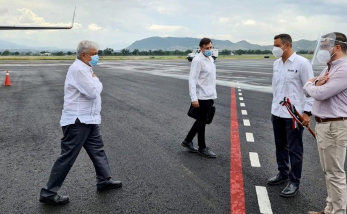 AMLO llega a Oaxaca con cubrebocas; estará de gira el fin de semana