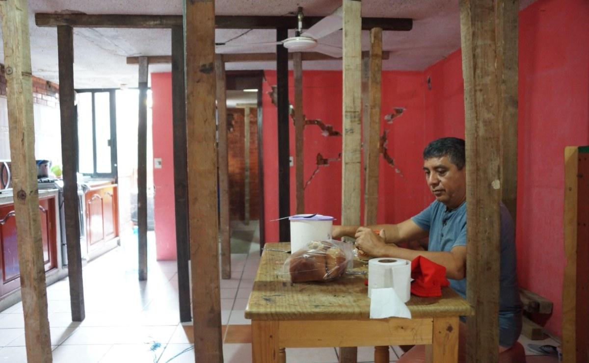 A un mes del sismo, en Huatulco familias aún duermen entre puntales
