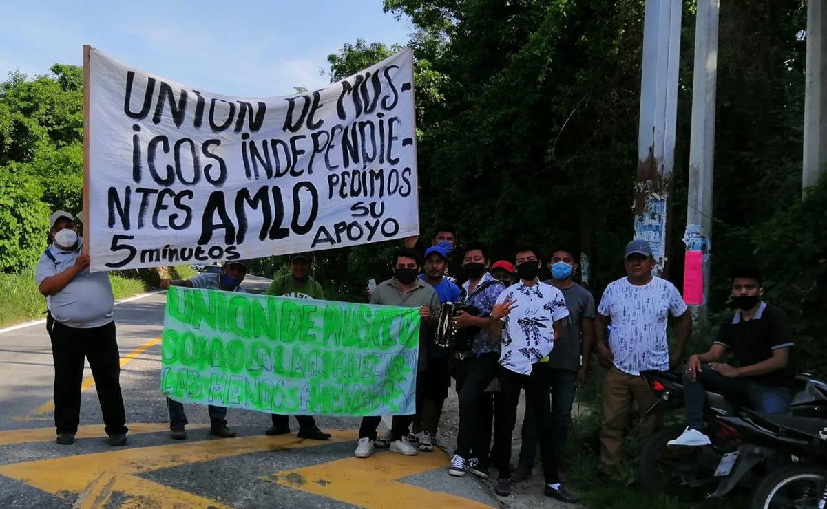 Con Cielito Lindo, músicos de Pochutla interceptan a AMLO para pedirle apoyos por pandemia