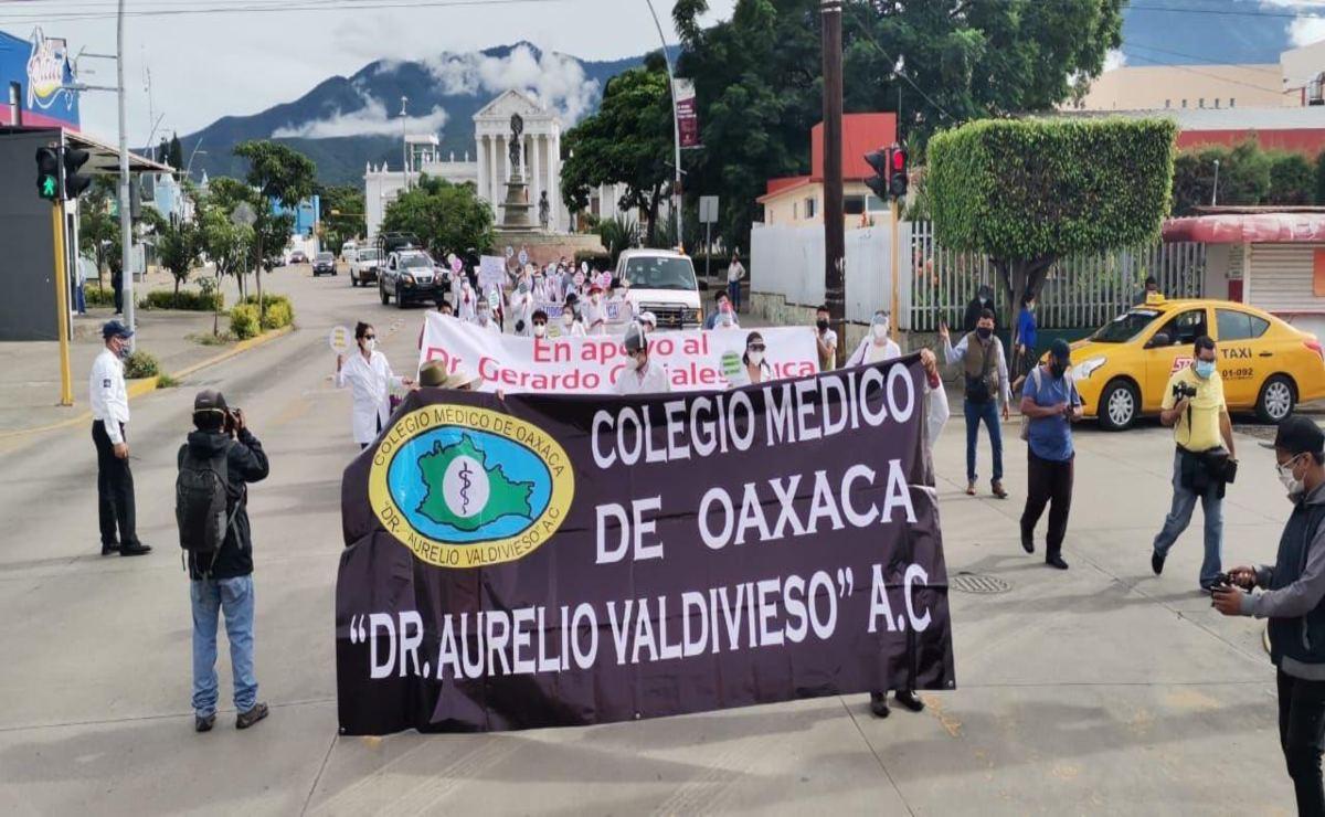 Marchan médicos en apoyo a colega detenido en Chiapas por muerte de paciente de Covid-19