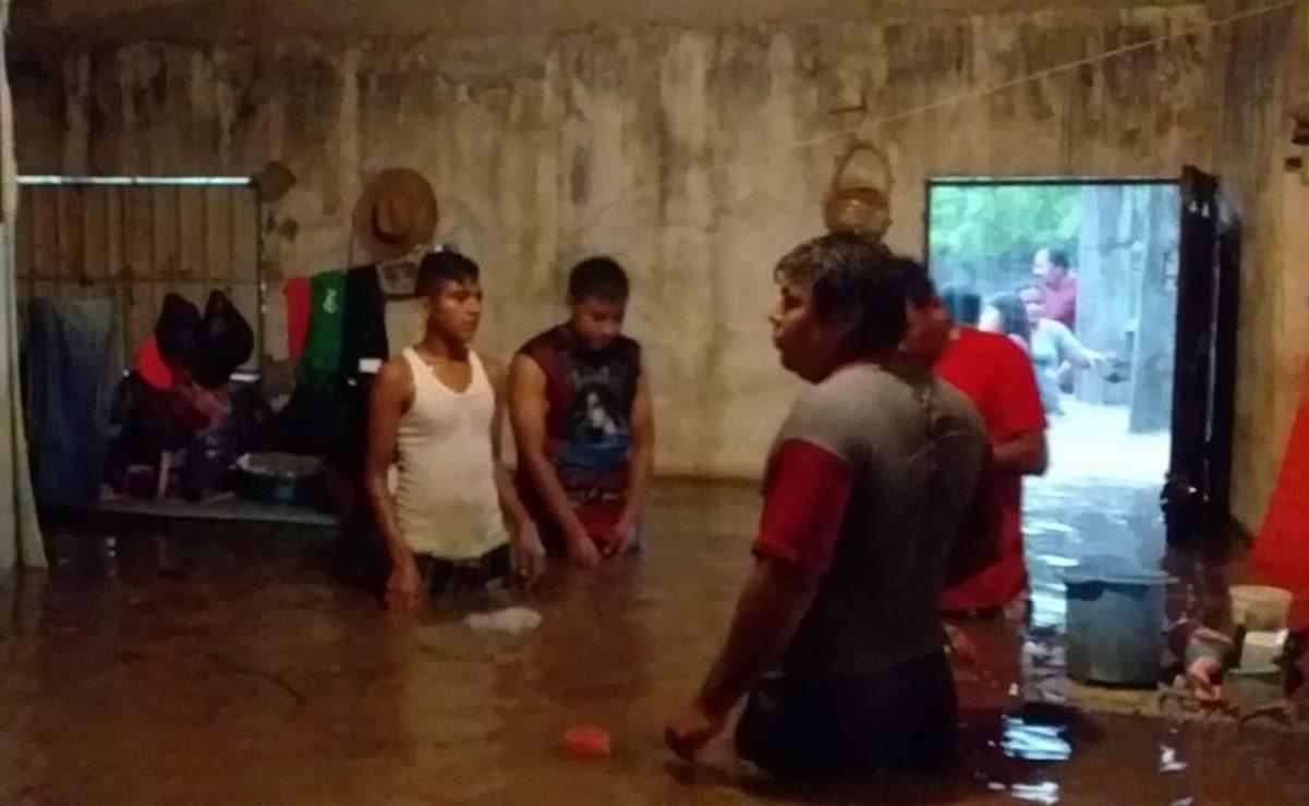 Fuertes lluvias dejan inundaciones en 6 colonias de Tututepec; hay un 40% de riesgo de ciclón