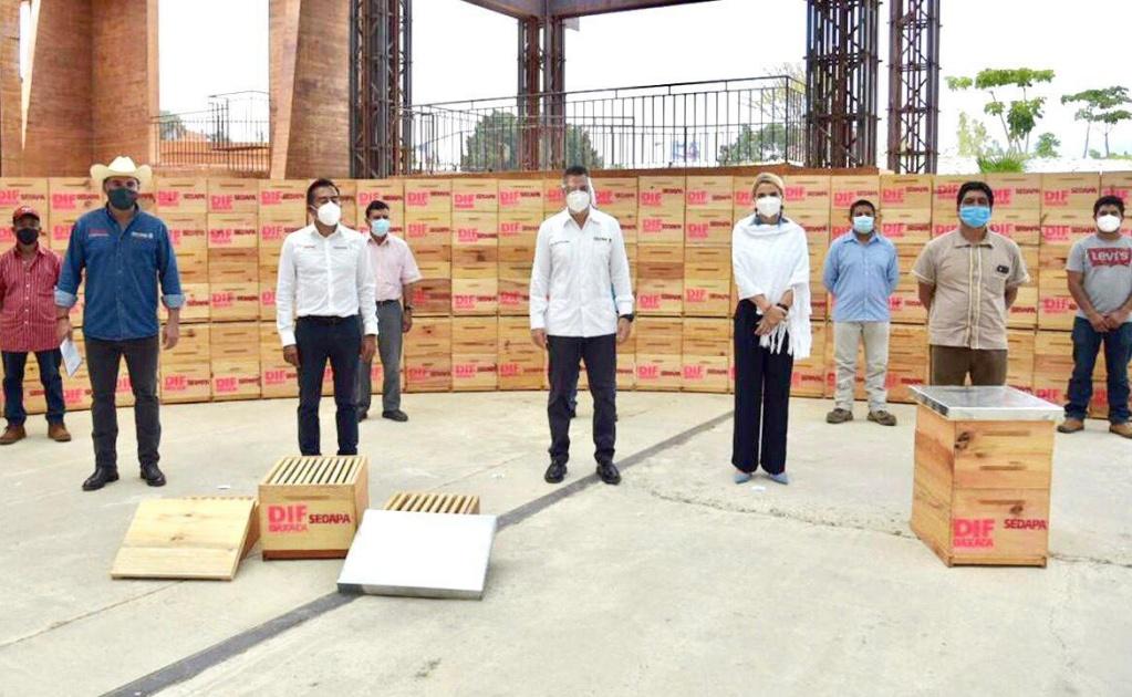 Entrega Murat apoyos a 25 apicultores de la Sierra Sur, afectados por el sismo de 7.4
