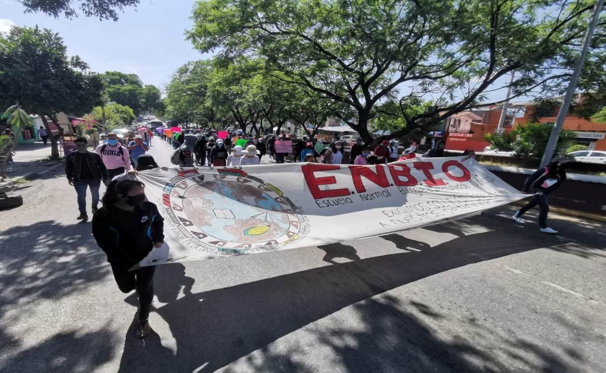 Protestan normalistas para pedir espacios a aspirantes que no presentaron examen en línea
