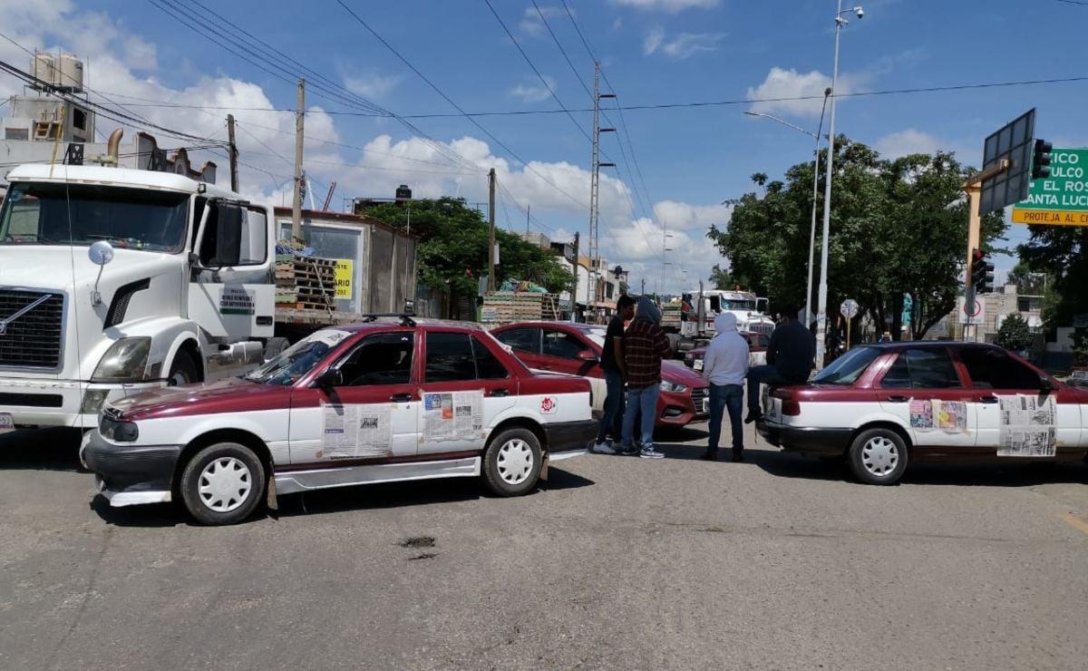 Unidades de transporte y taxis, con logos y placas cubiertos para no ser identificados, cortaron la circulación vial en la avenida Lázaro Cárdenas