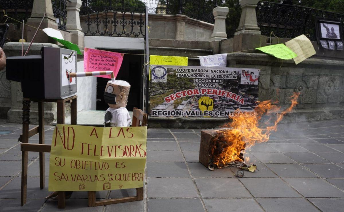 CNTE iniciará clases el 7 de septiembre; quema TV de cartón en rechazo a la educación virtual