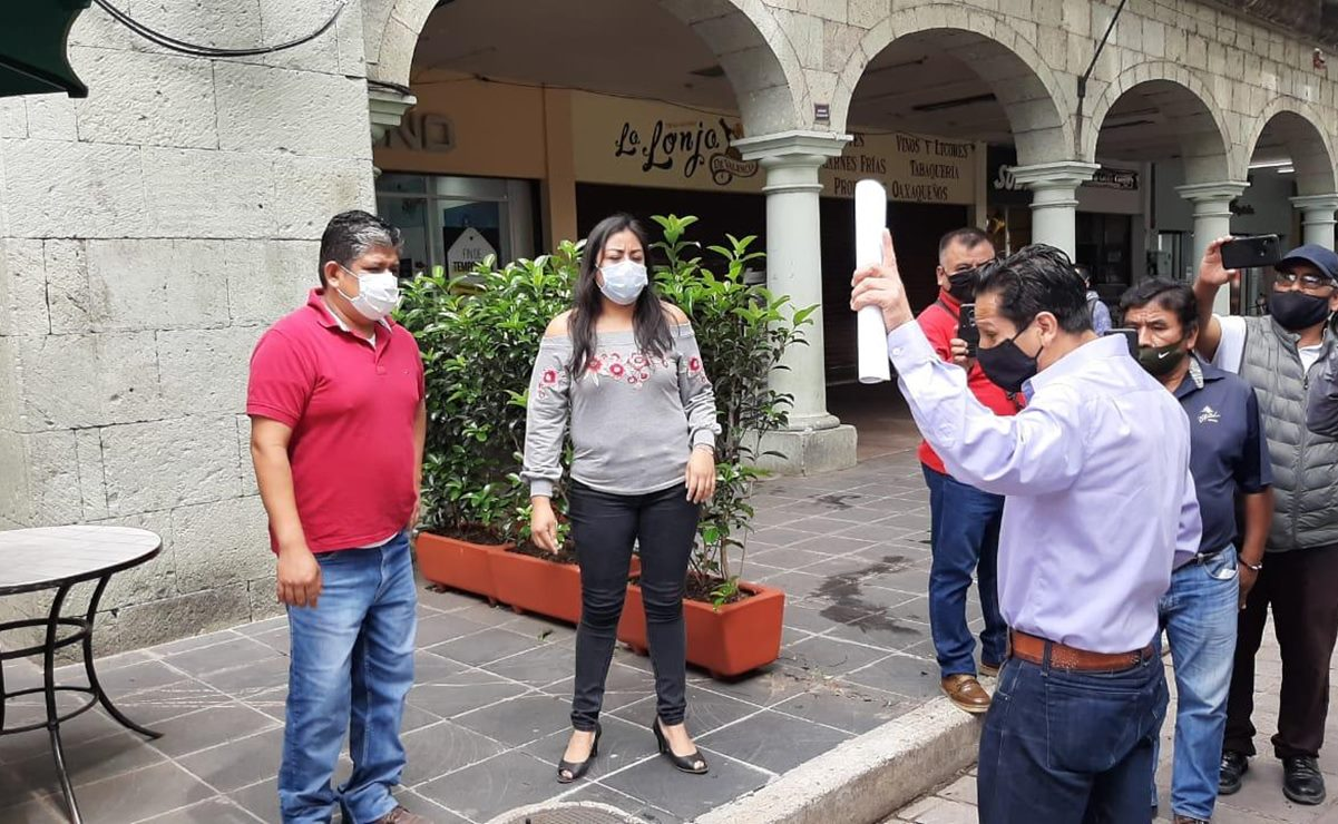 Protesta artista plástico contra invasión de vía pública por restaurantes en el zócalo