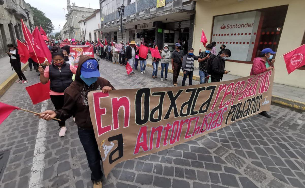 """Con cadena humana en Oaxaca, protesta Antorcha Campesina por """"persecución política"""" de Barbosa"""