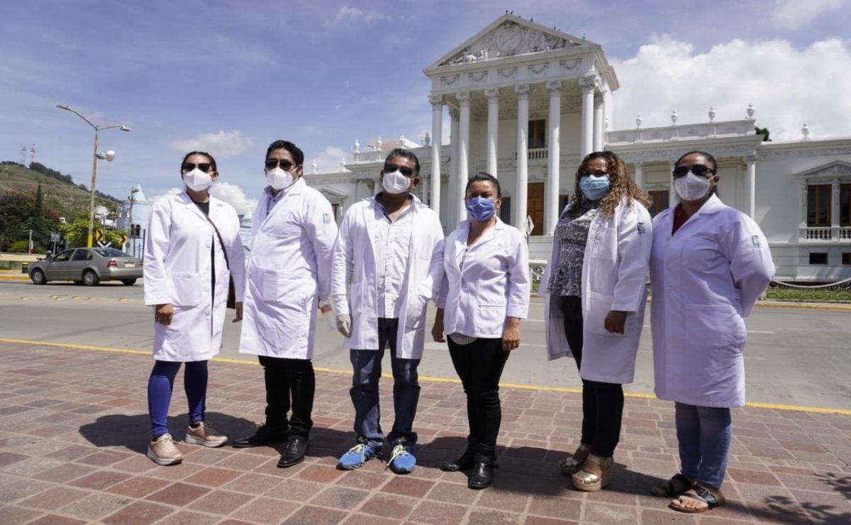 Médicos rurales exigen trabajo; hay 60 desempleados mientras pasantes ocupan plazas, acusan