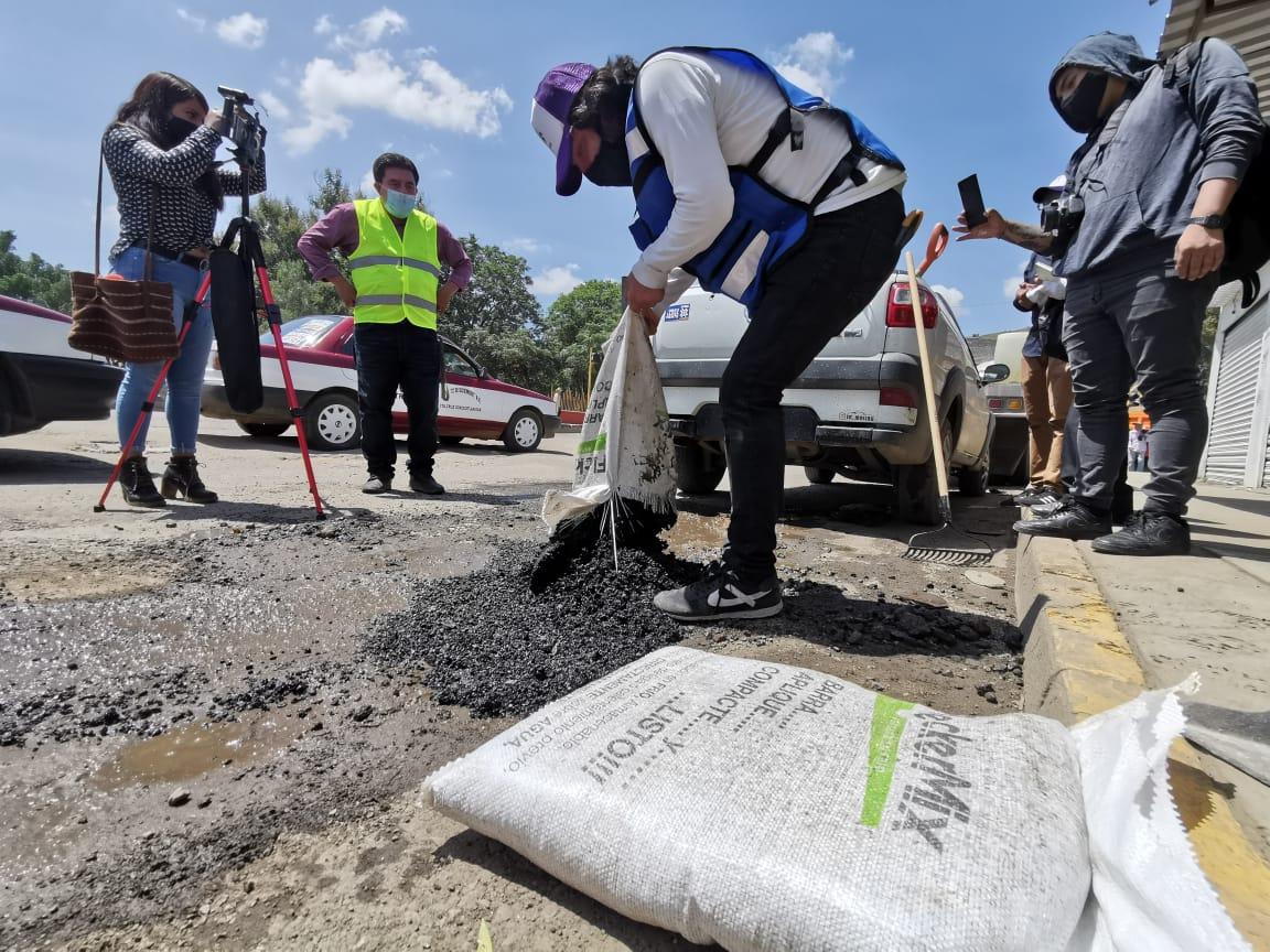 Constructores arrancan bacheo voluntario en la capital; Ayuntamiento prohíbe obras y los multa