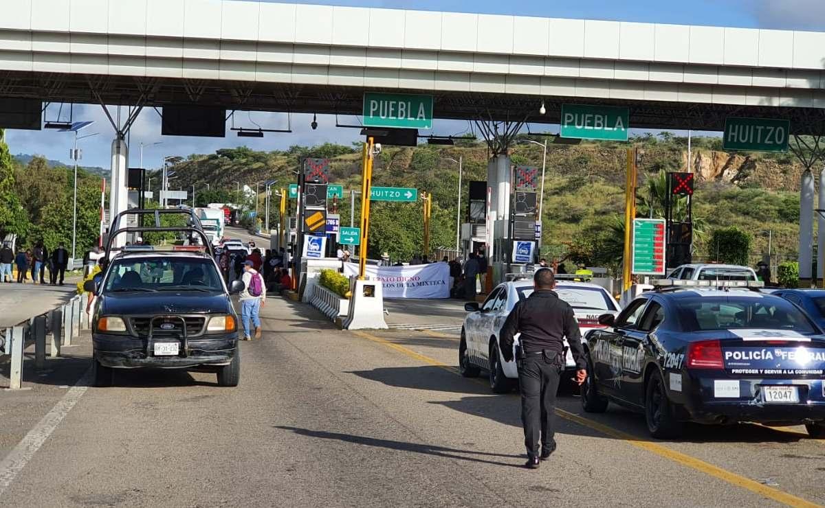 Autoridades de la Mixteca toman caseta de cobro para exigir recursos para patrullas