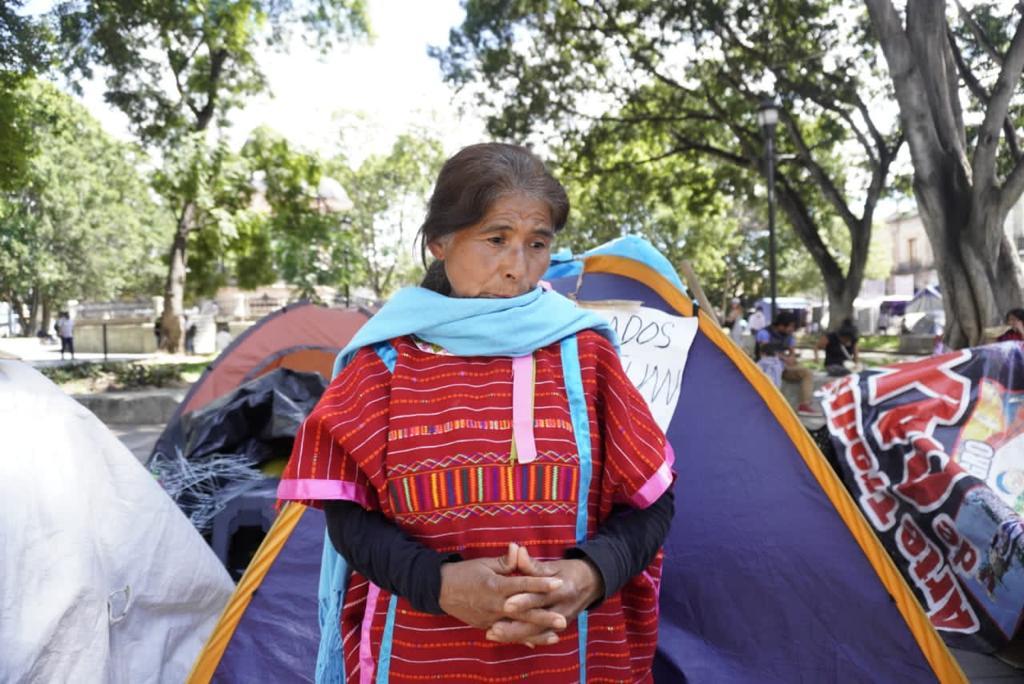 Policías municipales se enfrentan con mujeres triquis desplazadas, tras desalojo fallido en el zócalo