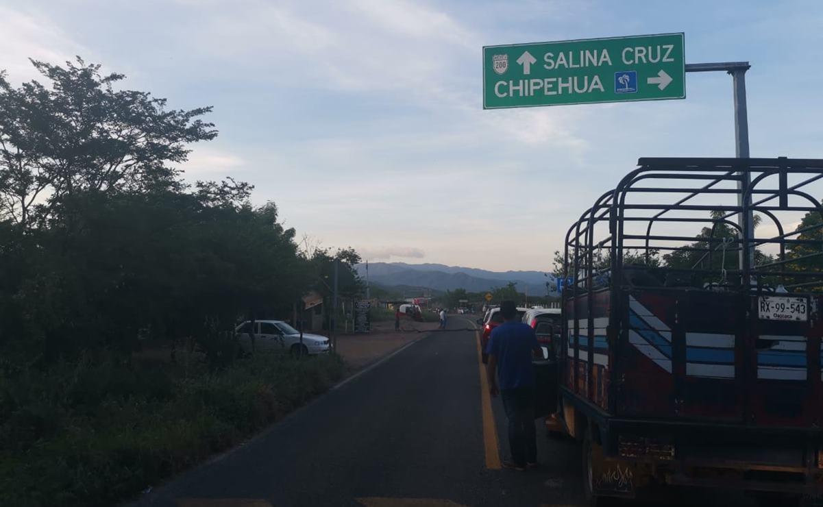 Damnificados del 7-S bloquean carretera en el Istmo, no hay paso para Huatulco