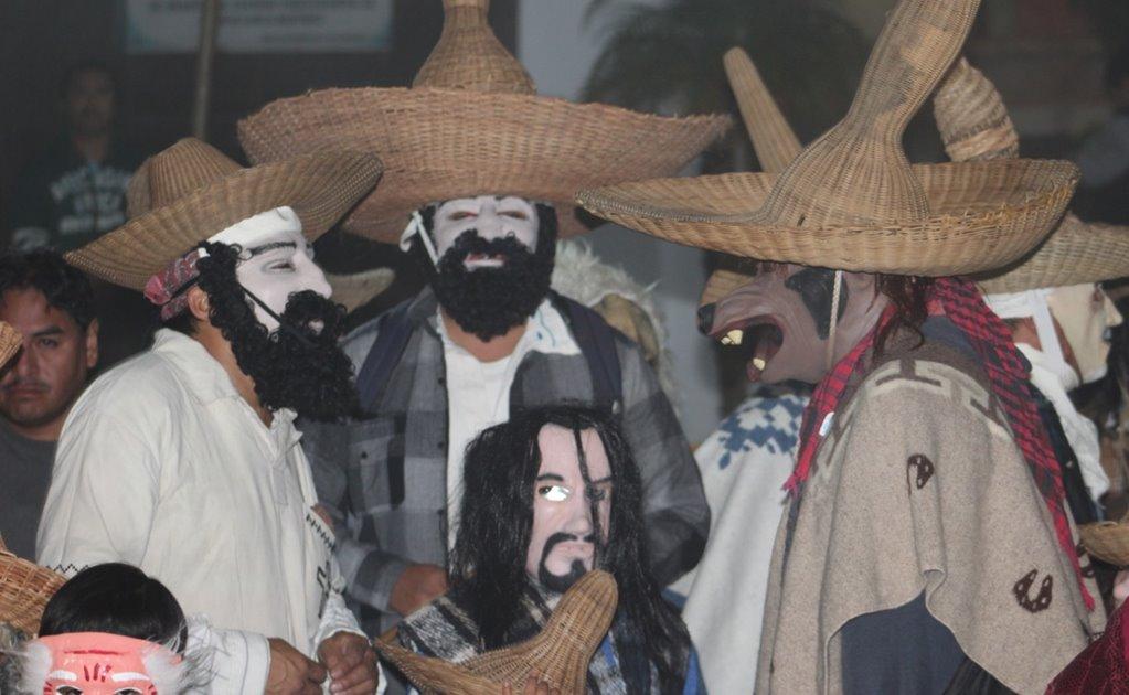 Pese a Covid, algunos huehuentones en la Cañada deciden salir a celebrar por Día de Muertos