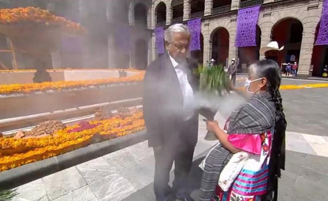 Con limpia mazateca, AMLO inaugura ofrenda dedicada a fallecidos por Covid-19