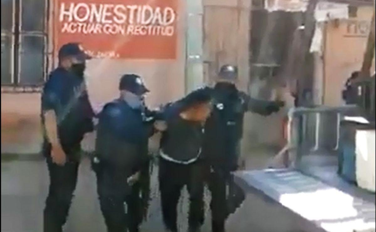 Detienen y esposan policías de Zaachila a dos jóvenes por no usar cubrebocas