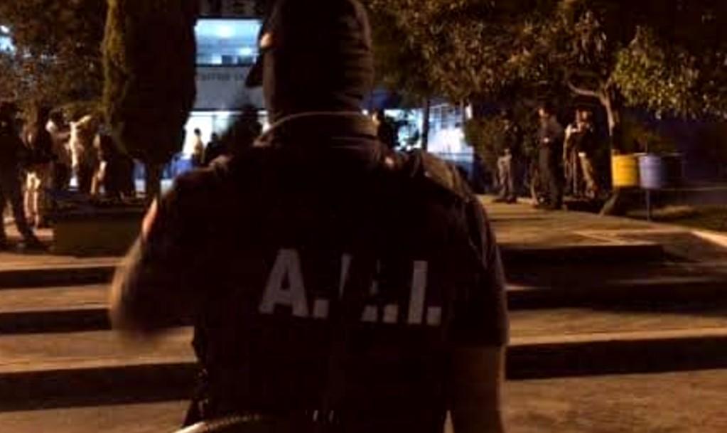 Aprehenden a 2 agentes estatales de investigación por extorsión contra una mujer en Ocotlán