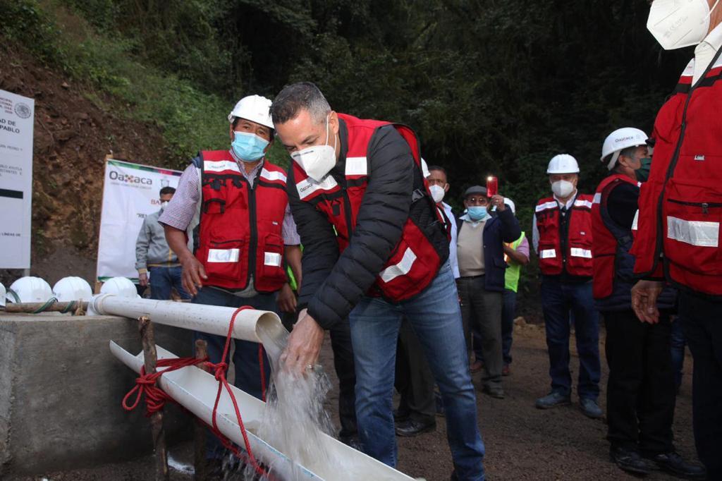 Entrega Murat obras de agua potable y pozo profundo en Ayutla Mixe; no se reconectó el manantial