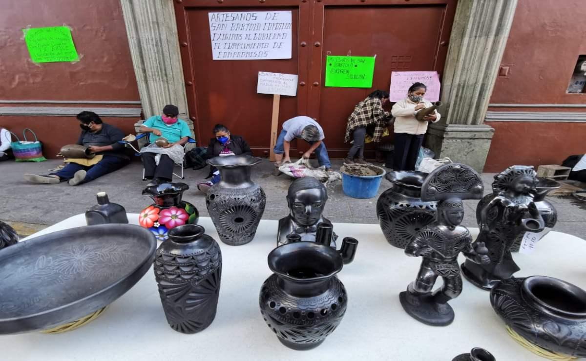 Artesanos de Coyotepec instalan expo-venta de barro negro en Casa Oficial para exigir mercado