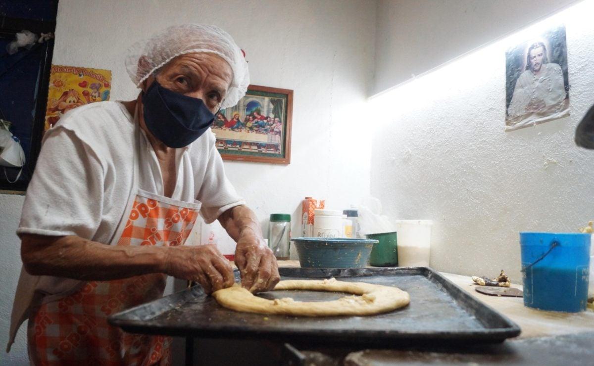 """Jóvenes de Oaxaca """"adoptan"""" a abuelito que con sus roscas mantiene viva la tradición de Día de Reyes"""