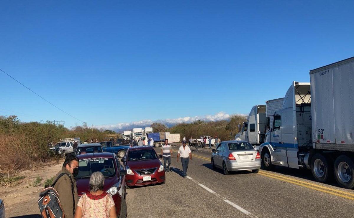 Activan habitantes de San Francisco del Mar bloqueo en el Istmo; impiden el paso a Chiapas