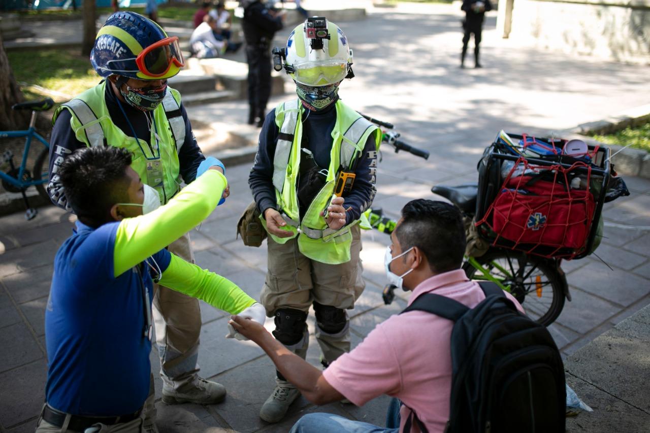 Bici-ambulancias: Paramédicos agilizan ayuda entre bloqueos y el tránsito de la ciudad de Oaxaca