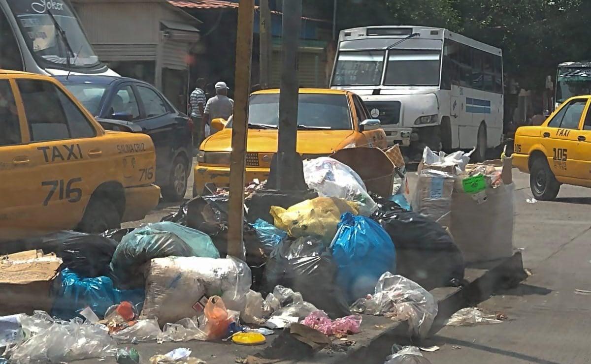 Mantiene personal de limpia de Salina Cruz paro laboral por tercer día; calles se llenan de basura