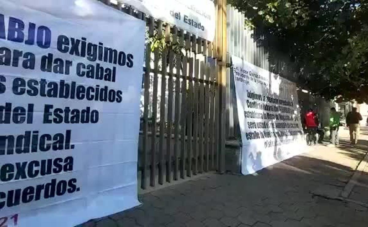 Con plantón, sindicato de la UABJO acusa omisión a sus demandas laborales pese amago de huelga