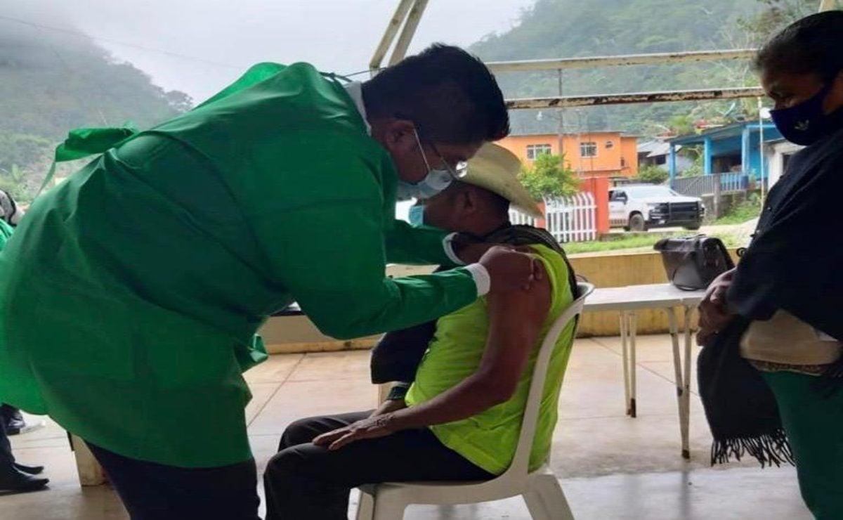 Arranca en San José Tenango, municipio mazateco de la Cañada, vacunación de adultos mayores en Oaxaca