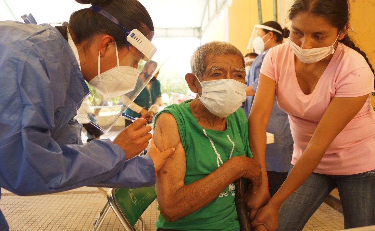 Vacunación contra Covid-19 en Oaxaca: la esperanza vence horas de espera y desorganización