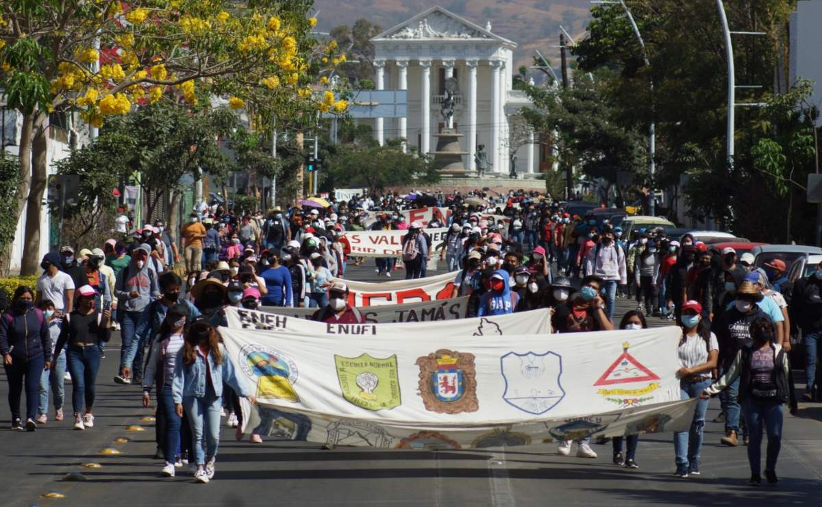 Con entrega de pliego petitorio culmina protesta de normalistas de Oaxaca; exigen contratar a egresados 2021