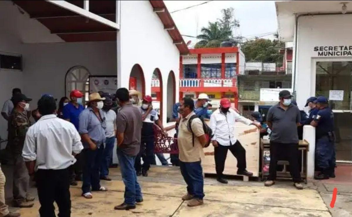 Agentes municipales de Matías Romero retienen a edil y funcionarios; se llevan con rumbo desconocido a 5