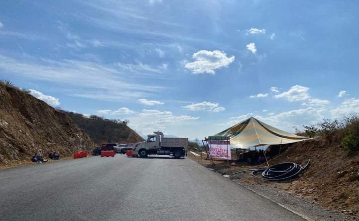 Bloquean comuneros de San Vicente Coatlán trabajos en autopista que conecta a Oaxaca y Huatulco