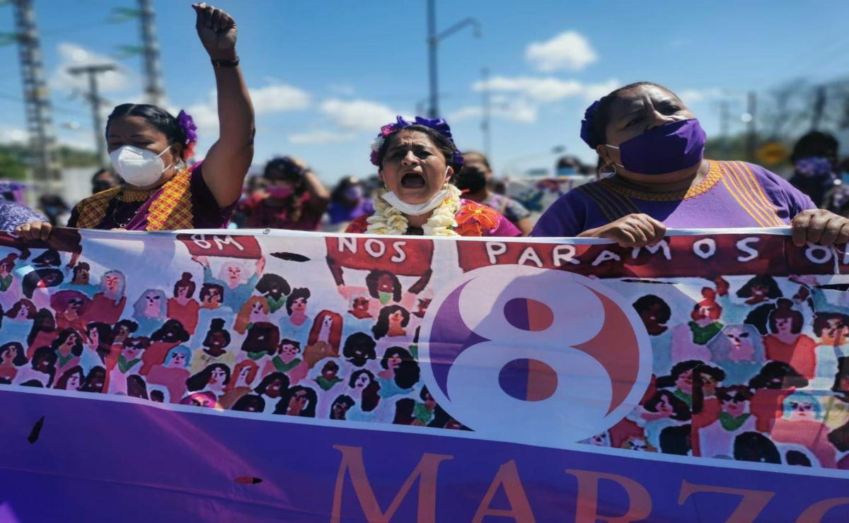 """Al grito de """"¡Ni una asesinada más!, mujeres zapotecas de Juchitán marchan contra la violencia por el 8 de marzo"""