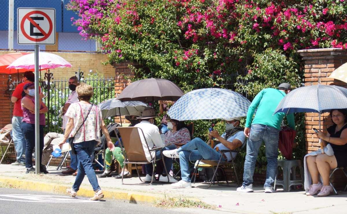 Con más de 20 horas anticipación, adultos mayores hacen fila para vacuna anti Covid en la ciudad de Oaxaca
