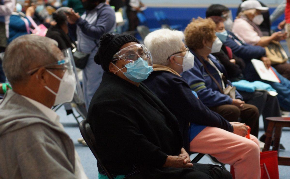 Acusan ancianos de Oaxaca llegada de grupos de personas que exigen ser vacunados antes porque los registraron operadores de Morena