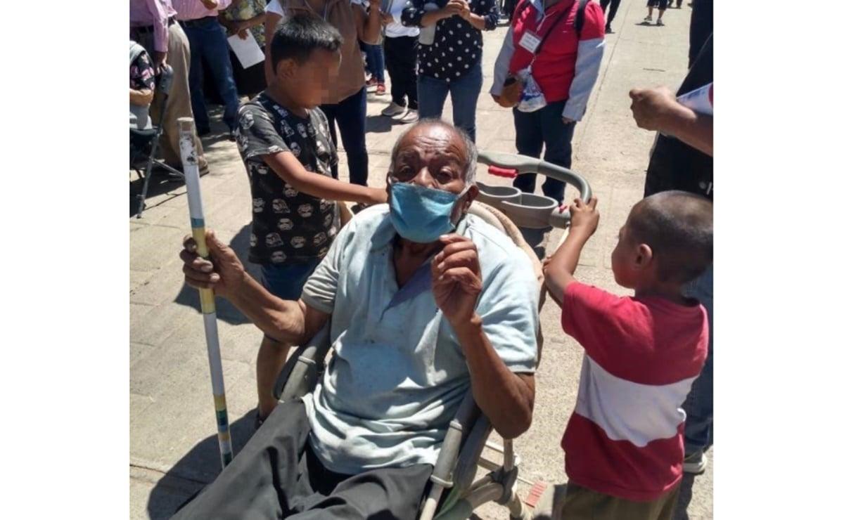 Con 11 años, pequeño de Oaxaca lleva a vacunar a su abuelo en carriola habilitada como silla de ruedas